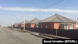 Дома в пригородном поселке Аралтал, построенные для жителей села Берёзовка. Село Аралтал, Западно-Казахстанская область, 25 августа 2017 года.