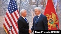 აშშ-ის ვიცე-პრეზიდენტი მაიკ პენსი (მარცხნივ) და ჩერნოგორიის პრემიერ-მინისტრი დუშკო მარკოვიჩი