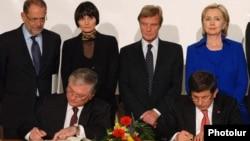 Швейцария -- Глава МИД Армении Эдуард Налбандян (слева) и глава МИД Турции Ахмет Давутоглу подписывают протоколы, Цюрих, 10 октября, 2009 г.