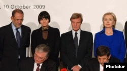 Foreign Ministers Eduard Nalbandian of Armenia (L) and Ahmet Davutoglu of Turkey sign landmark agreements to normalize Turkish-Armenian relations in Zurich, 10Oct2009.