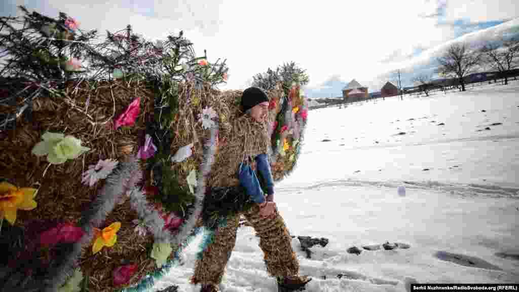 Батыс Украинадағы Красноильск елдімекенінің тұрғыны Маланка фестивалі. 14 қаңтар 2019 жыл.