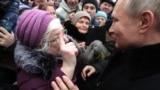 Президент Росії Володимир Путін спілкується із своїми шанувальницями