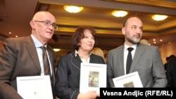 """Rodoljub Šabić, Vesna Rakić Vodinelić i Saša Janković sa nagradom za hrabrost """"Dragoljub Stošić"""""""