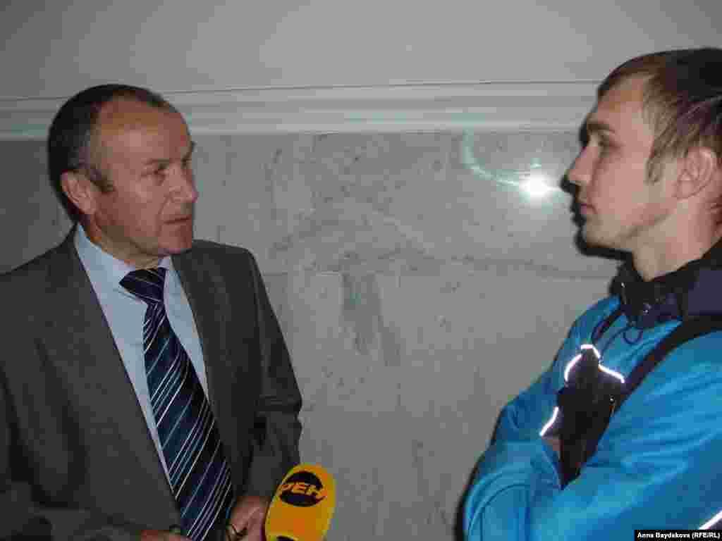 К активистам подошёл сотрудник Департамента региональной безопасности Николай Коновалов и вступил в дискуссию с Маратом Салахиевым.