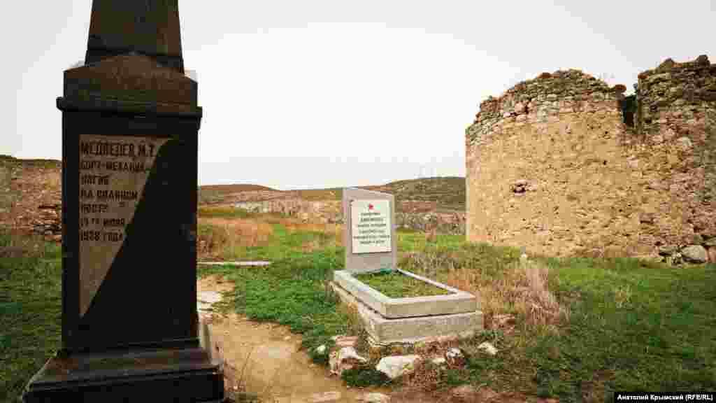 Поруч один з одним розміщені могили бортмеханіка, який розбився 1938 року, і червоноармійця, загиблого під час оборони Севастополя 1942 року