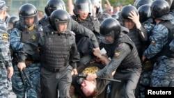 Оьрсийчоь -- Москох оппозицин акцин декъашхо лаьцна полицино, 06Стиг2013