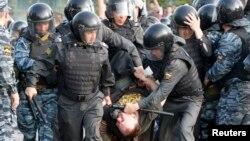 Полиция демонстрантты ұстап әкетіп барады. Мәскеу, 6 мамыр 2013 жыл