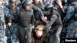 Ռուսաստան - Ոստիկանները բերման են ենթարկում Մոսկվայում անցկացվող բողոքի ակցիայի մասնակցին, արխիվ