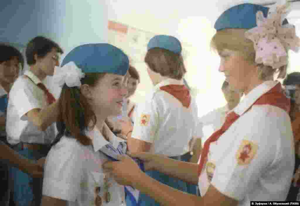 Форма «артековцев» Саманте очень понравилась и девочка даже попросила оставить ее себе на память, что очень сильно озадачило вожатую – по правилам лагеря каждую «потерянную» вещь высчитали бы из ее зарплаты. Ольга Сахатова вспоминала об этом так: «Я с этой мыслью смирилась, девочка-то была прекрасная, я уже ее воспринимала не как «посла мира», а как мое артековское дитя, почему бы мне и не подарить ей форму, что мы, мало кому должны что ли? Но все как-то уладилось без моих благих порывов – дали форму»