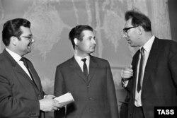 Альфред Шнитке (в центре) беседует с гостями из ГДР, 1968