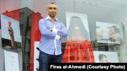 المصور فراس الأحمدي مع بعض من أعماله الفوتوغرافية