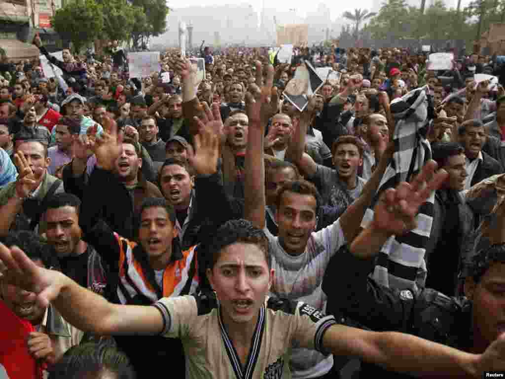 Каирдеги демонстранттар өкмөткө каршы ураандарды кыйкырууда, 29-январь.