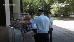 Задержание и арест пенсионера за пикет в Крыму