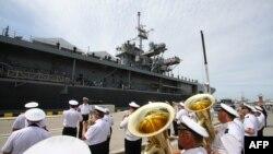 Nava americană USS Mount Whitney, întâmpinată cu orchestra militară în portul Klaipeda din Lituania, 30 iunie 2016