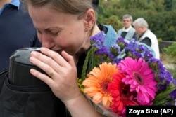 Тетяна прощається зі своїм чоловіком Олександром, який помер через рік після звільнення з полону, де він перебував протягом 2018 року