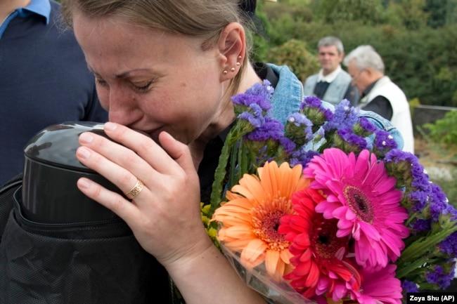 Татьяна прощается со своим мужем Александром, который умер через год после освобождения из плена, где он находился на протяжении 2018 года