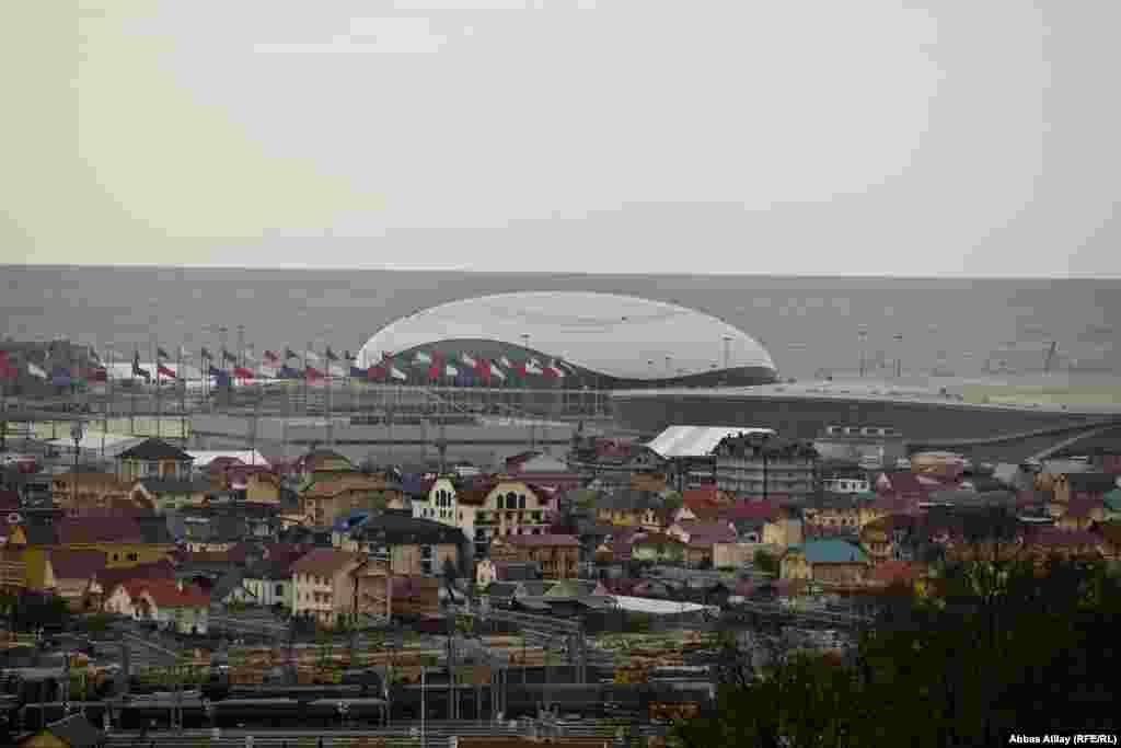Keçiriləcək Qış Olimpiadası hazırlıqlarından ən çox əziyyət çəkən insanlardan biri bu küçənin əhalisidir.