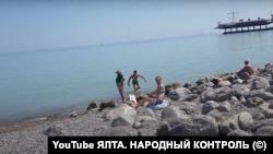 Всупереч забороні, туристи купаються в морі після повені. Ялта, 30 червня 2021 року