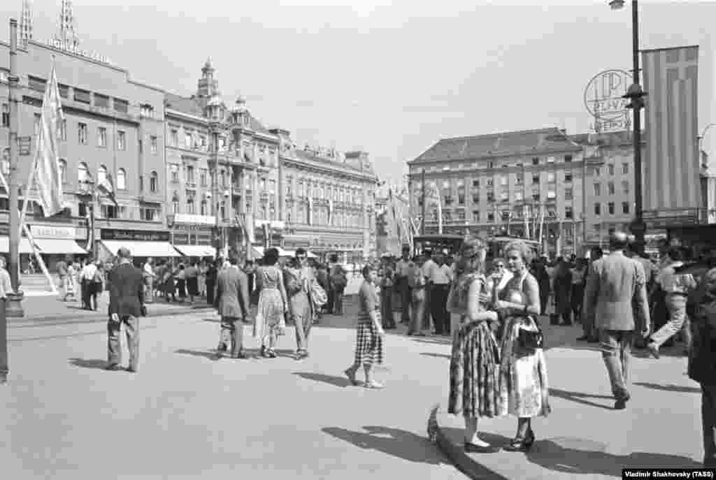 Люди наслаждаются летним днем в Загребе в 1955 году. После смерти Сталина за влияние на Югославию боролись страны Запада и Советский Союз.