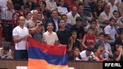 Болельщики с флагом Армении на состязаниях по дзюдо в Ереване.