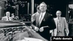 Мэр Санкт-Петербурга Анатолий Собчак (слева) и сотрудник мэрии Владимир Путин (на заднем плане). Фото 1990-х годов.