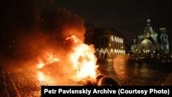 Акция со сжиганием покрышек возле храма Спаса-на-Крови, организованная Петром Павленским