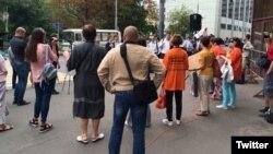 Зустріч кандидатів у депутати з «Черговиками Москви» біля офісу «Єдиної Росії»