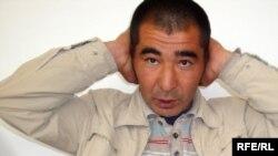 Асхат Орынбасаров денесіндегі соққы тиген жерлерін көрсетіп тұр. Атырыау, 7 мамыр, 2009 жыл.