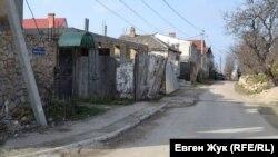 Улица Матроса Кошки идет вдоль Малахова кургана, мемориальных табличек здесь нет