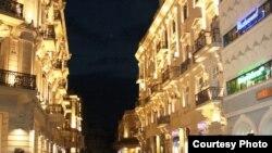 На небольшой улице Расула Рза, которую в свое время называли Пассаж, по имени расположенного здесь пассажа, теперь уже не бывает многолюдно