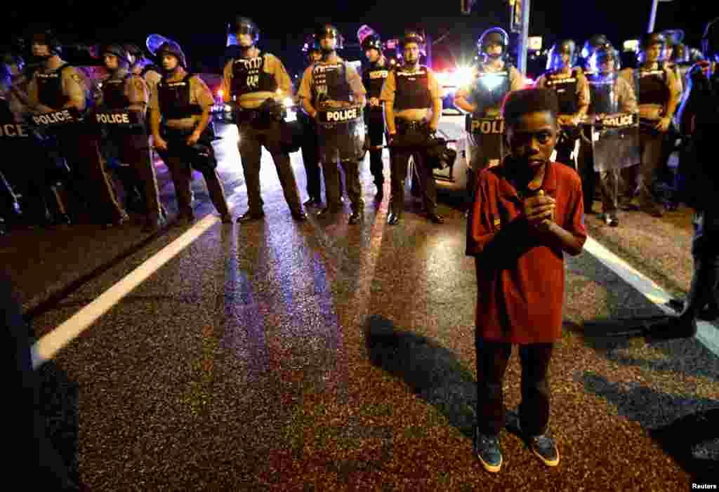 На фото – Амаріон Аллен, 11-річний хлопчик, який стоїть перед поліцейськими за кілька хвилин до того, як почалася стрілянина