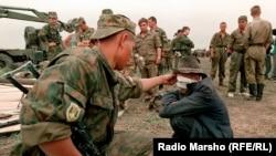 Вторая чеченская война. Российские военнослужащие в чеченском селении. 2001 год.