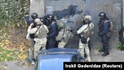 Грузинский спецназ в процессе нейтрализации предполагаемых боевиков, Тбилиси, 22 ноября 2017 года