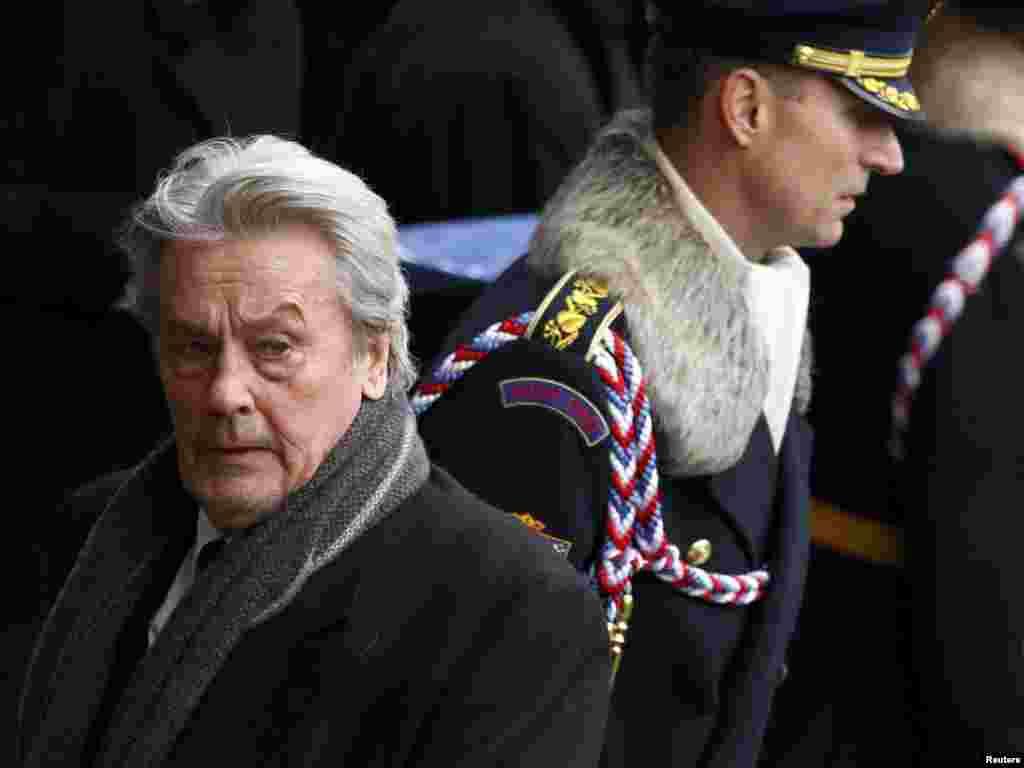 حضور آلن دلون، بازیگر سرشناس فرانسوی در مراسم یادبود واتسلاو هاول/ پراگ، دوم دی ماه ۹۰