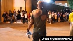 Минск, освобожденный из изолятора на улице Окрестина вечером 13 августа звонит своим родным по мобильному телефону