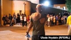 У ніч на 14 серпня з центру ізоляції правопорушників (ЦІП) на Окрестіно в Мінську та інших білоруських в'язниць почали випускати затриманих на мітингах 9-12 серпня