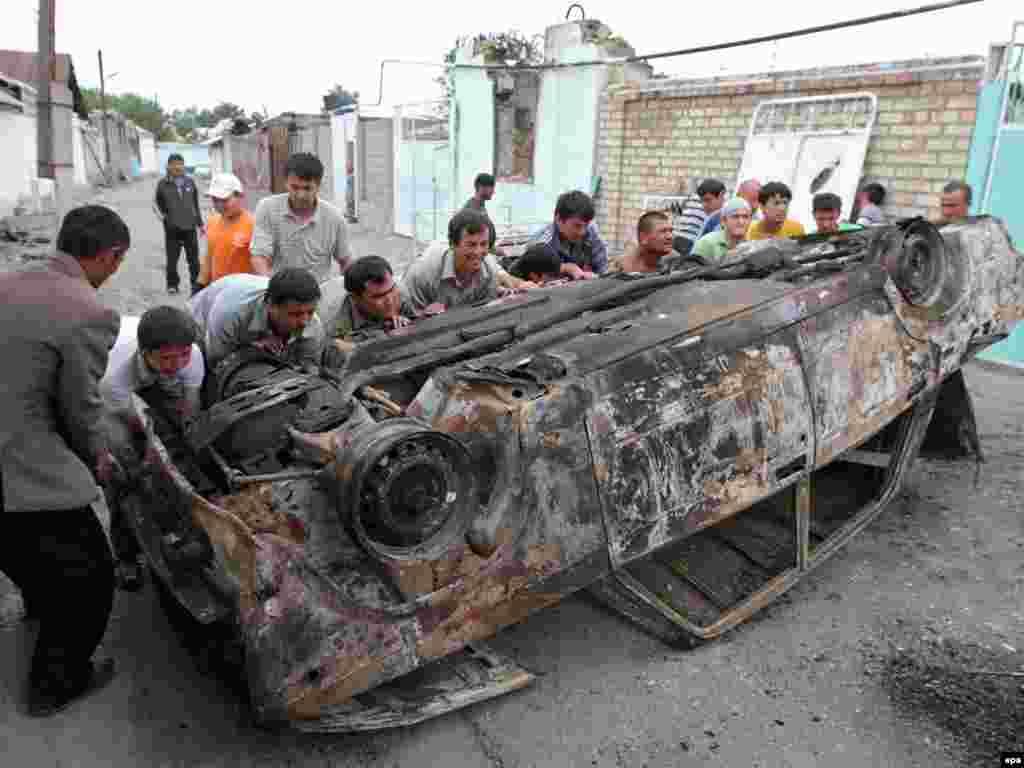 Ош шаарынын көчөлөрүнүн биринде өрттөнүп кеткен машине. 17-июнь, 2010-жыл.