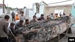 Ethnic Uzbek men raise a barricade to prevent further attacks on their homes in Osh.