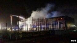 Рятувальники гасять пожежу у спортзалі в Науені, Німеччина, 25 серпня 2015 року