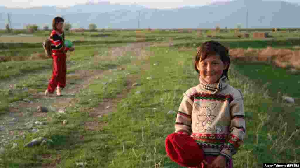 Местные девочки играют в степи в Аксу-Жабаглинском заповеднике.