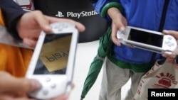 Sonyning Playstation Portables (PSPs) va boshqa video o'yinlari nafaqat bolalar, balki kattalar orasida ham ommalashgan.