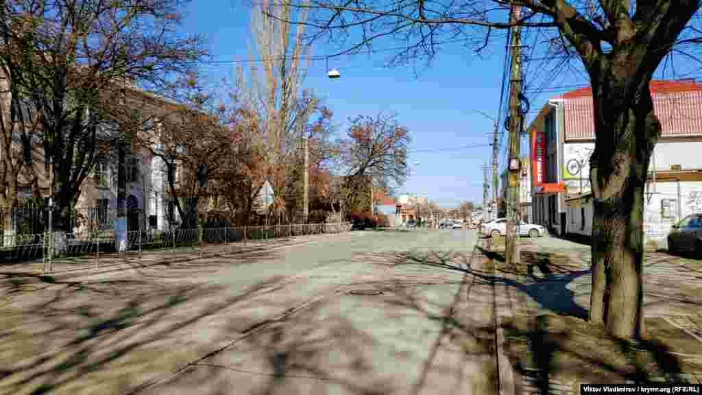 У вихідний день на вулиці Караїмській зовсім мало транспорту, а в робочі дні часто трапляються затори