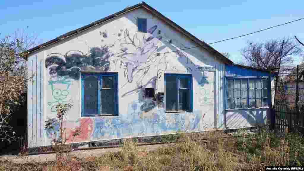 Proletarskaya soqağındaki bu ev çoqtan berli satlıqqa çıqarıldı. Graffitini ise saiplerniñ yegeni qaldırdı
