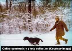 Авторитарный правитель бежит с собакой. Зима 1981 года.
