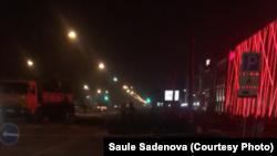 Вырубка деревьев в ночное время у магазина Sulpak в Алматы. 22 ноября 2020 года.