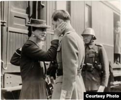 """""""Într-un singur lucru îi sunt profund recunoscător lui Antonescu. A adus-o înapoi pe mama"""". Regina Mamă Elena se afla în exilul impus de fostul ei soț. A revenit în țară în septembrie 1940. Înrudită îndeaproape cu familia regală a Marii Britanii, i-a fost regelui de 20 de ani, cel mai apropiat sfătuitor."""