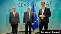Premijer Kosova Avdullah Hoti, evropski komesar za susjedsku politiku Josep Borell i predsednik Srbije Aleksandar Vučić na sastanku u Briselu u julu 2020.