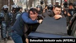 Милиция проводит задержание участника митинга протеста. Бишкек, 25 марта 2017 года.