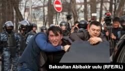 Задержание участника демонстрации в поддержку бывшего депутата кыргызского парламента Садыра Жапарова. Бишкек, 25 марта 2017 года.