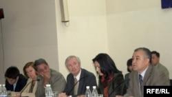 Кыргызстандын Баш мыйзамынын долбоорун эл аралык уюмдар менен бирге талкуулоо учуру, 4-май 2010-жыл